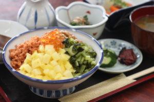 打ち上げマジ丼、箸で食べるか?スプーンで食べるか?