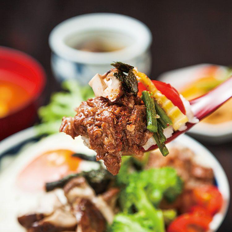 (日本語) にいがた和牛の牛すじ煮込みと季節野菜の糀炒め