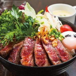 (日本語) 国産牛のステーキサラダ丼(スープ付)