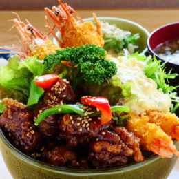 [:ja]とり肉黒酢とジャンボ海老フライ丼[:]