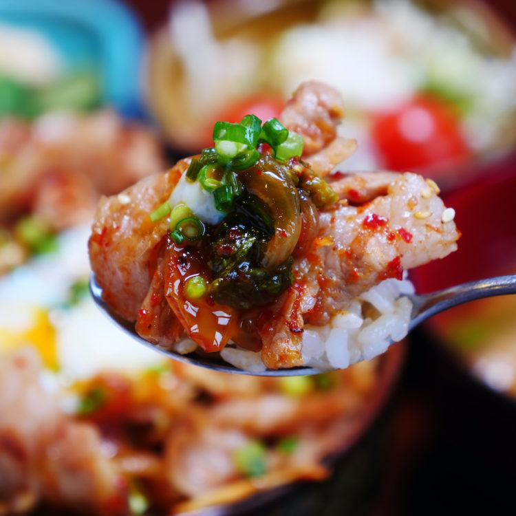 スタミナ満点!温玉のせ焼肉キムチ丼